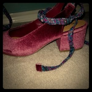 Pink velvet shoes, block heel with ankle ties.